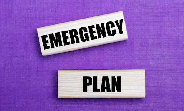 薄紫色の明るい背景に、emergencyplanというテキストが付いた明るい木製のブロック