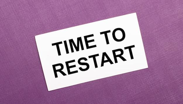 ライラックの表面に、time torestartという言葉が書かれた白いカード