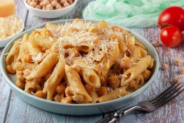 ひよこ豆、スパイス、トマトの盛り合わせイタリアンパスタ-クローズアップ