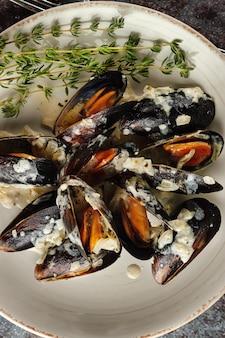 クリーミーなガーリックソースで調理したムール貝の盛り合わせ