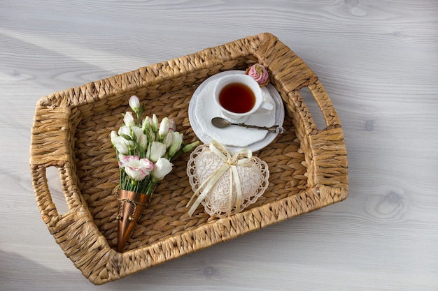 トレイ、ケーキ、心と花とお茶のカップ