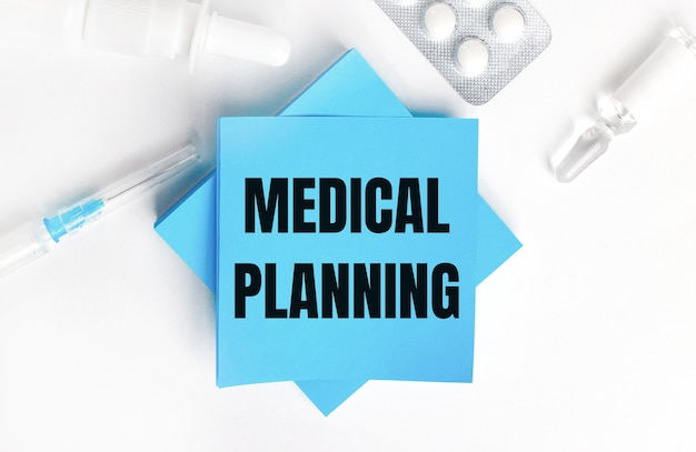 白い背景に、注射器、アンプル、丸薬、薬瓶、水色のステッカーに「医療計画」と刻印されています。医療コンセプト