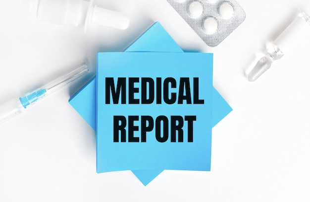 白い背景に、注射器、アンプル、丸薬、薬瓶、水色のステッカーにmedicalreportの刻印があります。医療コンセプト