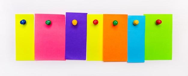 白い背景に、テキストを挿入する場所のある明るいマルチカラーの紙片がボタンで固定されています。レンプレート