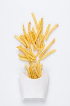 흰색 배경에 흰색 상자에 튀긴된 감자 튀김입니다. 흰색 배경에 튀긴 감자 튀김의 스튜디오 사진