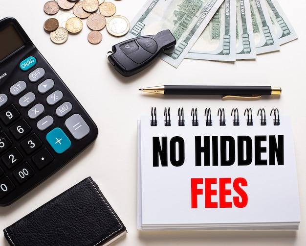 白いテーブルの上には、電卓、車の鍵、現金、ペン、そして「隠された料金はありません」と書かれたノートがあります。
