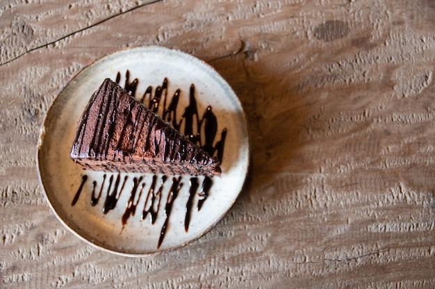 木製のテーブルの上にチョコレートケーキがあります。