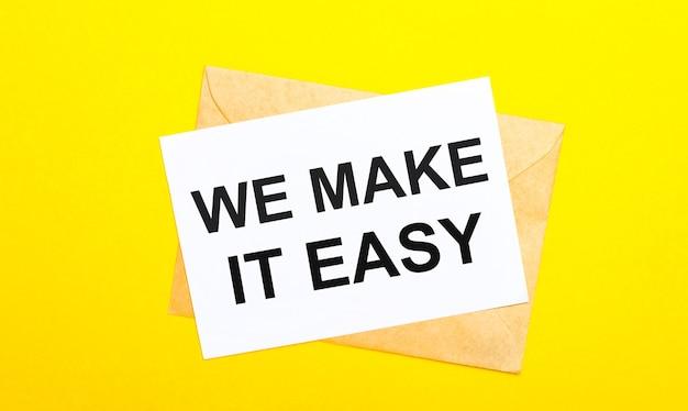 На желтом фоне конверт и открытка с текстом «мы делаем это легко». вид сверху