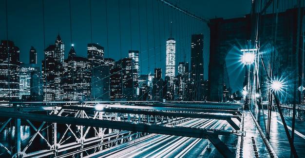 夜のブルックリン橋で車の通行があり、ニューヨーク、アメリカ。
