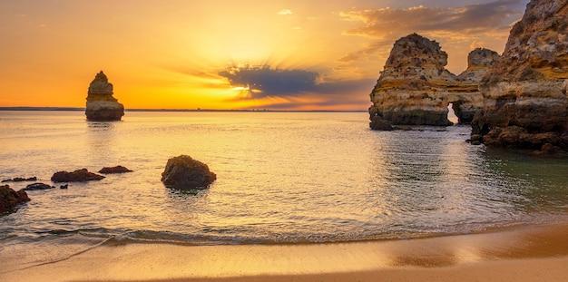 日の出、ポルトガル、アルガルヴェのカミロビーチ