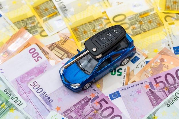 유로 지폐에는 자동차와 열쇠가 있습니다.