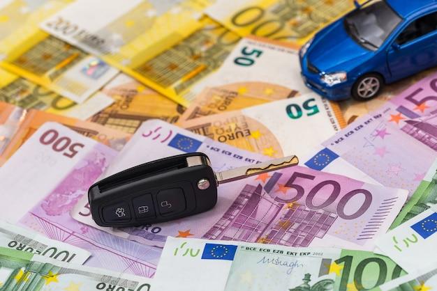 На банкнотах евро - машина и ключи.
