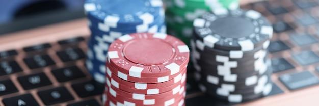 На клавиатуре ноутбука красочные фишки казино онлайн-азартные игры в интернете.