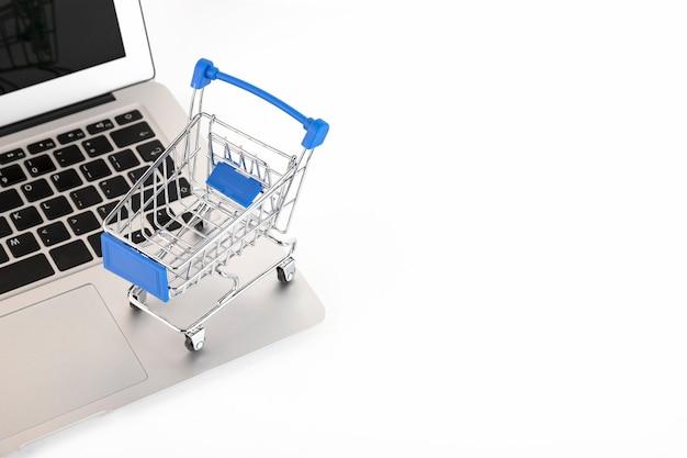 Онлайн, концепция мобильных покупок, изолированные на белом фоне. скопировать пространство