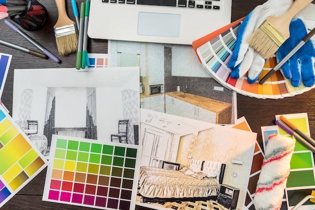 색상 샘플 및 브러시로 사무실 책상 집 스케치에. 직장 건축가. 리노베이션 하우스 그리기.