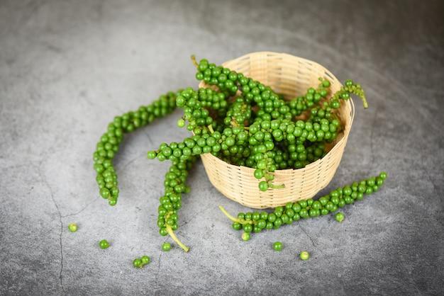 胡on、バスケット、新鮮な緑の胡pepperの種の材料料理タイ料理ハーブとスパイス