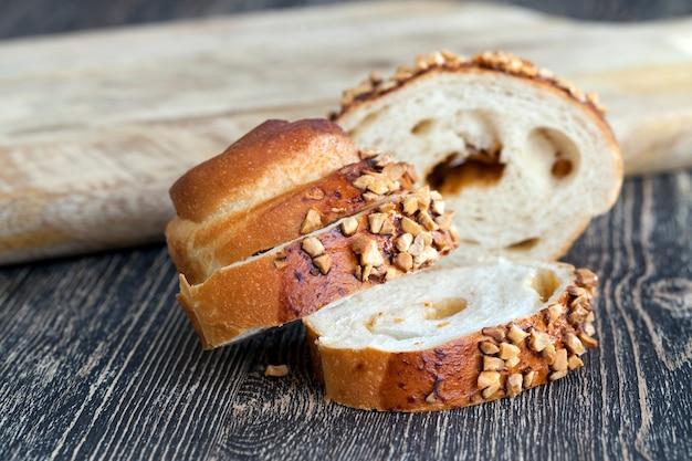 ピースに詰め物をした甘いパンと揚げピーナッツをまき散らした小麦パン
