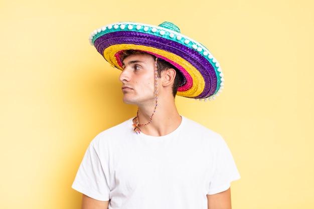 プロフィールビューで、前方のスペースをコピーしようとしている、考えている、想像している、または空想にふけっている。メキシコの帽子の概念