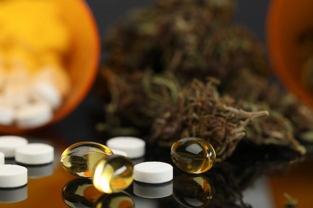 На столе лежат таблетки конопли и растительные капсулы