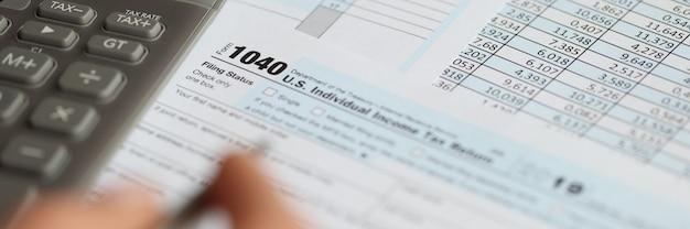 表には、税額控除フォームと計算機による納税と確定申告の概念があります