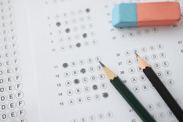 테이블에는 답안 연필과 세탁 옵션이있는 테스트가 있습니다. 신속한 iq 테스트