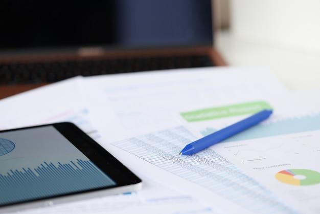 테이블에는 상업용 그래픽 태블릿과 펜이 있습니다. 중소기업 개발 개념