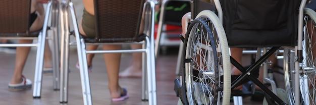 На территории гостиницы есть инвалидная коляска, в которой сидит ребенок.