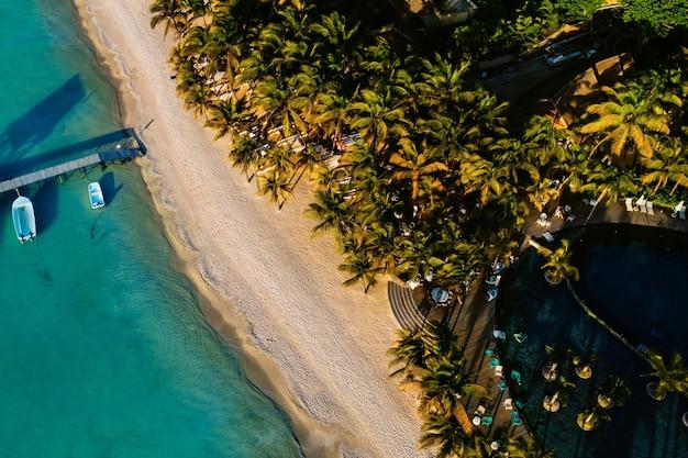 해안을 따라 모리셔스 섬의 아름다운 해변에서. 모리셔스 섬의 조감도에서 촬영.