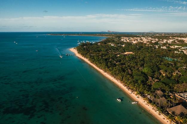 На прекрасном пляже острова маврикий вдоль побережья.