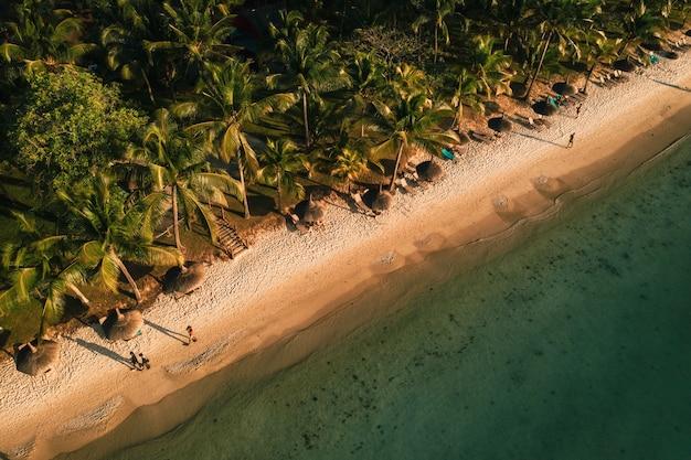 На прекрасном пляже острова маврикий вдоль побережья