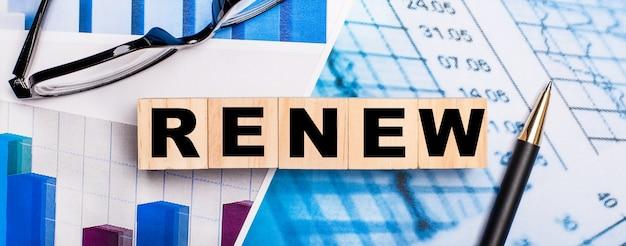 На ярких схемах очки, ручка и деревянные кубики с надписью renew
