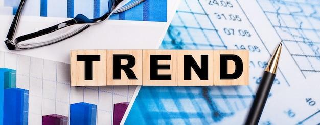 На ярких схемах очки, ручка и деревянные кубики с надписью trend.
