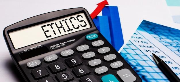 계산기 디스플레이에는 ethics라는 문구가 있습니다. 주변에는 컬러 다이어그램과 그래프가 있습니다. 비즈니스 개념