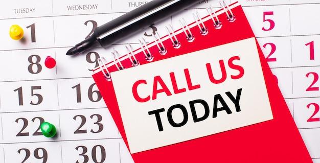 カレンダーには、call ustodayというテキストの白いカードがあります