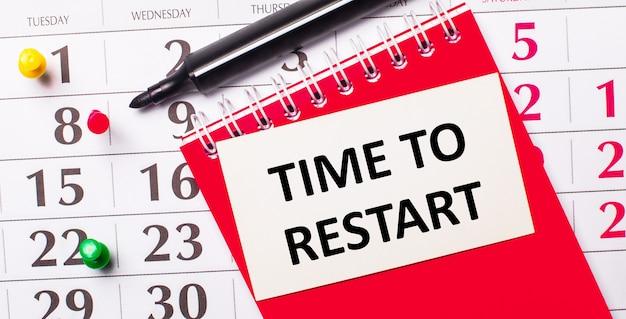 カレンダーには、「time torestart」というテキストが書かれた白いカードがあります。