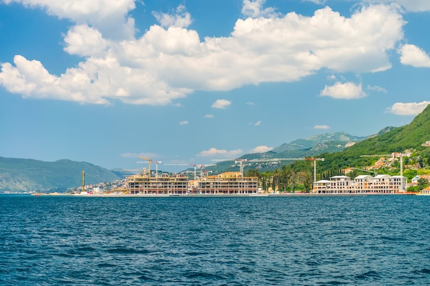 Bokakotorsky bay 해안에는 고급 호텔 건설이 있습니다.