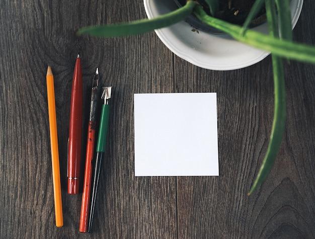 디자인 테이블에는 흰색 형태와 연필이 있습니다.