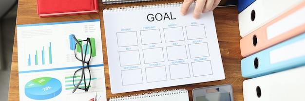 На рабочем столе график с целями для бизнеса