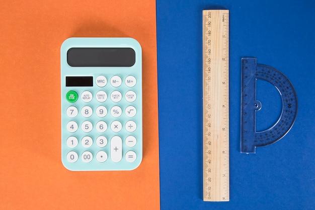 デスクトップの定規と電卓