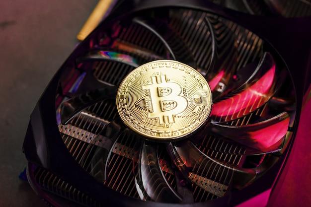 強力なビデオカードのファンには、赤いバックライト付きのビットコイン暗号通貨のコイン