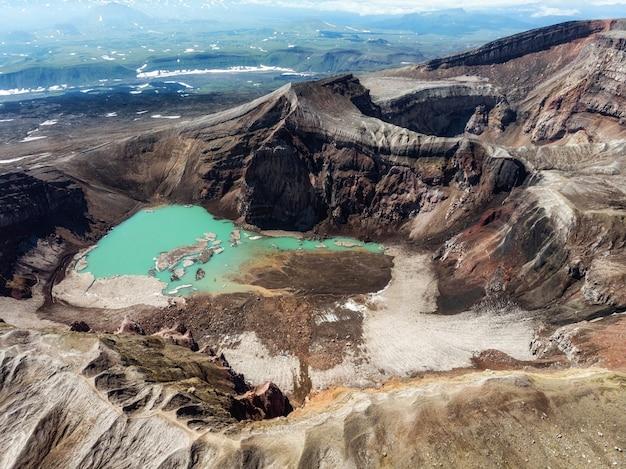 カムチャッカ半島の山頂には火山の噴火口があり、その中には火山の湖があります。