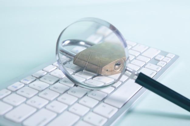 キーボードの拡大鏡とロック。セキュリティ検索の概念