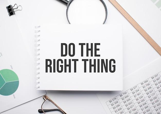 テキストを書くためのメモ帳で、正しいこと、拡大鏡、チャート、メガネを実行します。