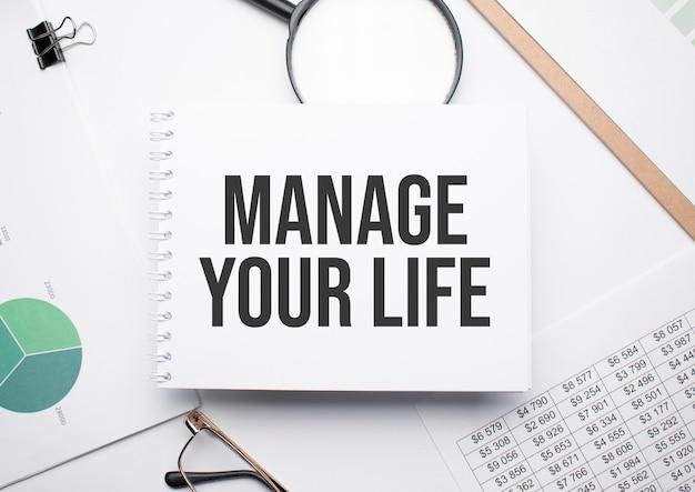 메모장에서 manage your life, 돋보기, 차트 및 안경을 작성하세요.