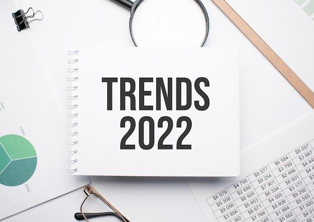 Trends 2022, 돋보기, 차트 및 안경을 쓰기 위한 메모장.