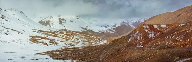 タジキスタン、パミールハイウェイ、パミール山脈のアクバイタル峠
