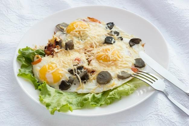 ナイフとフォークで卵の皿に。