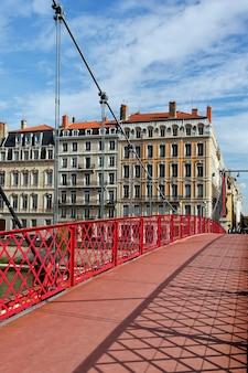 На красном пешеходном мосту
