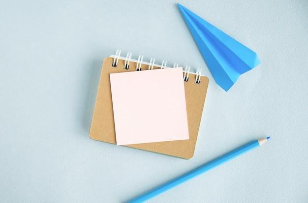 レポートには、テキストを挿入する場所のある白い空白のノート、電卓、眼鏡、明るい鉛筆とステッカー、ペンがあります。