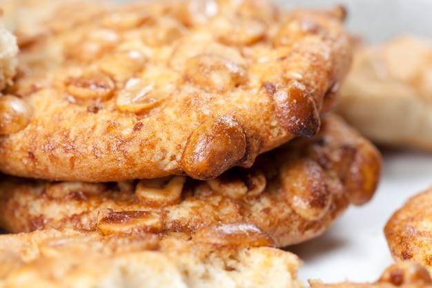땅콩과 함께 둥근 쿠키 카라멜의 표면에